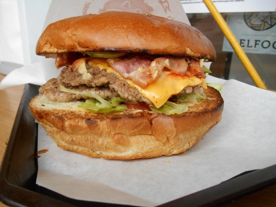 Dupla sajtos-baconos megaburger hamburger