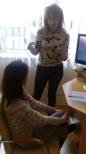 Kiss Éva hajgyógyász éppen magyarázza az összefüggéseket a szervek és a fejbőr állapota között